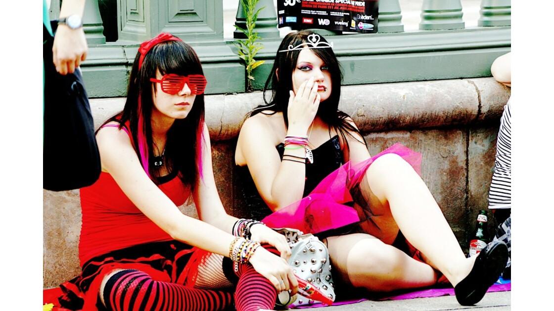 deux filles assises
