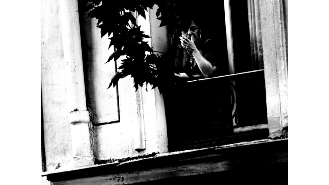 femme à un balcon