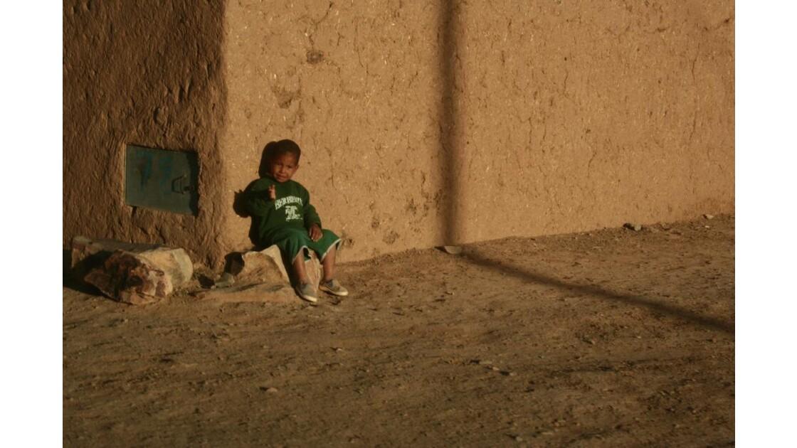 Enfant près d'un Mur