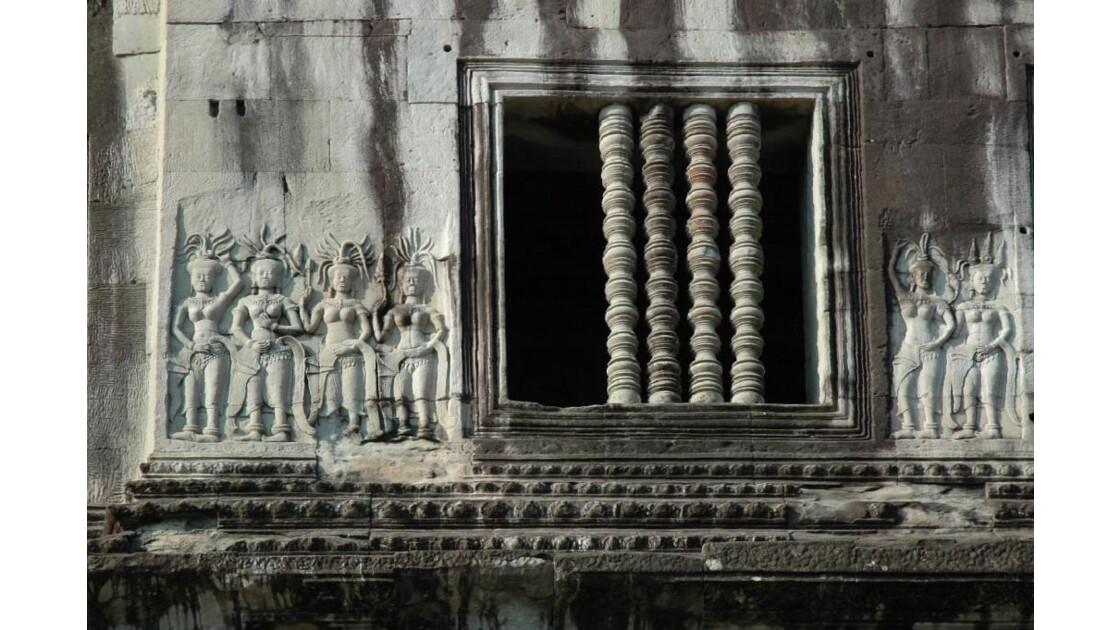 Angkor Vat, balustres et apsaras