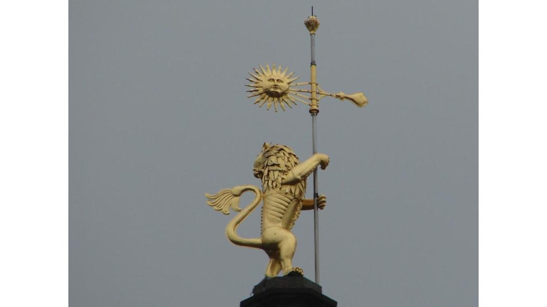 Le lion d'or au sommet (Beffroi Arras)