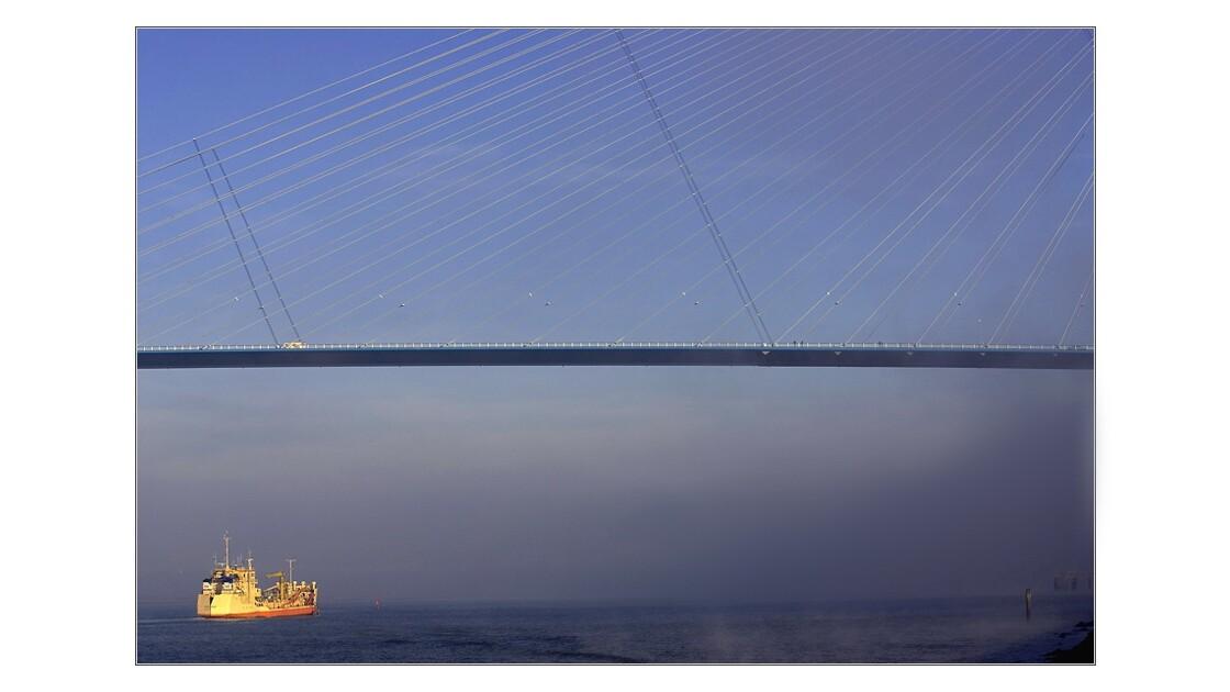 Pont_de_Normandie_H_bateau.jpg