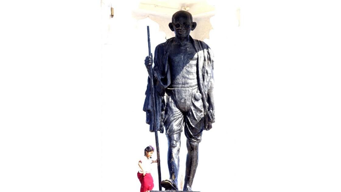 Inde, la petite fille et Ghandi
