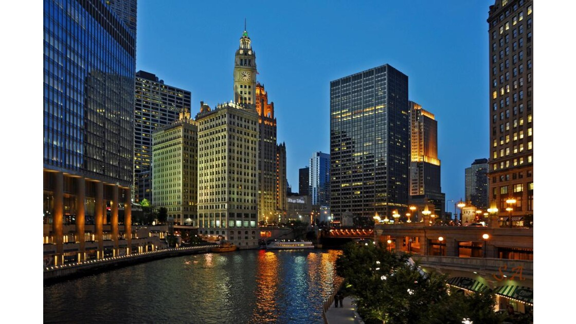 Chicago River by night 2