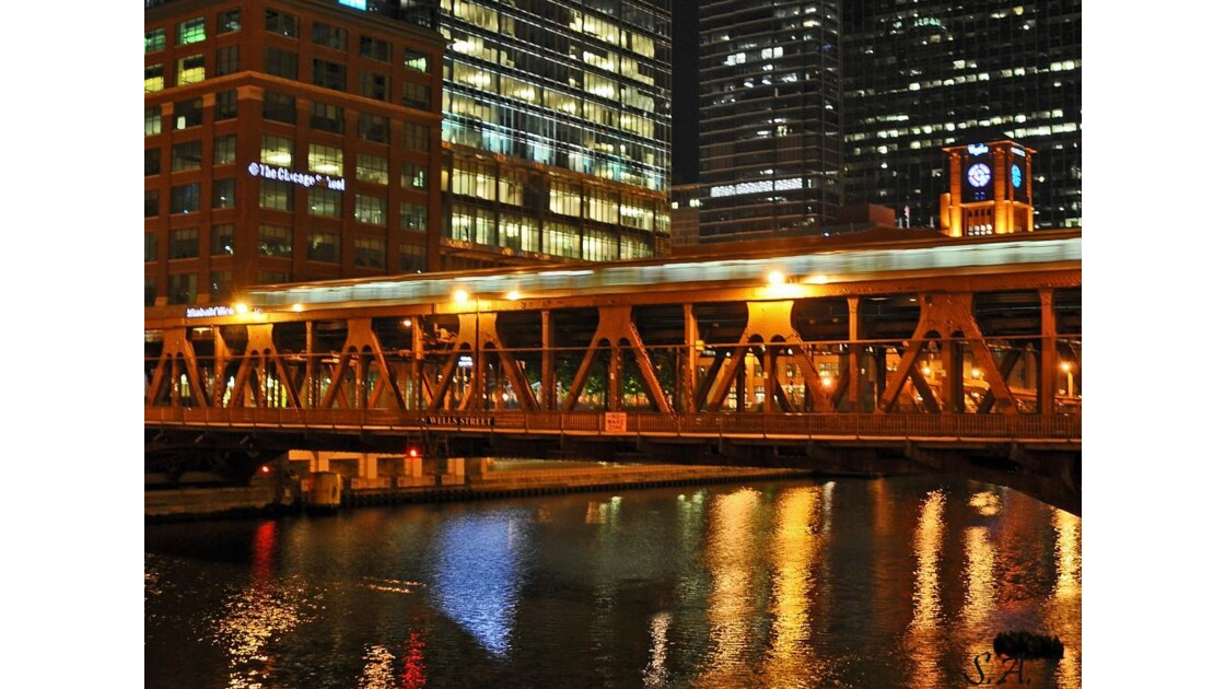 Chicago River by night 3