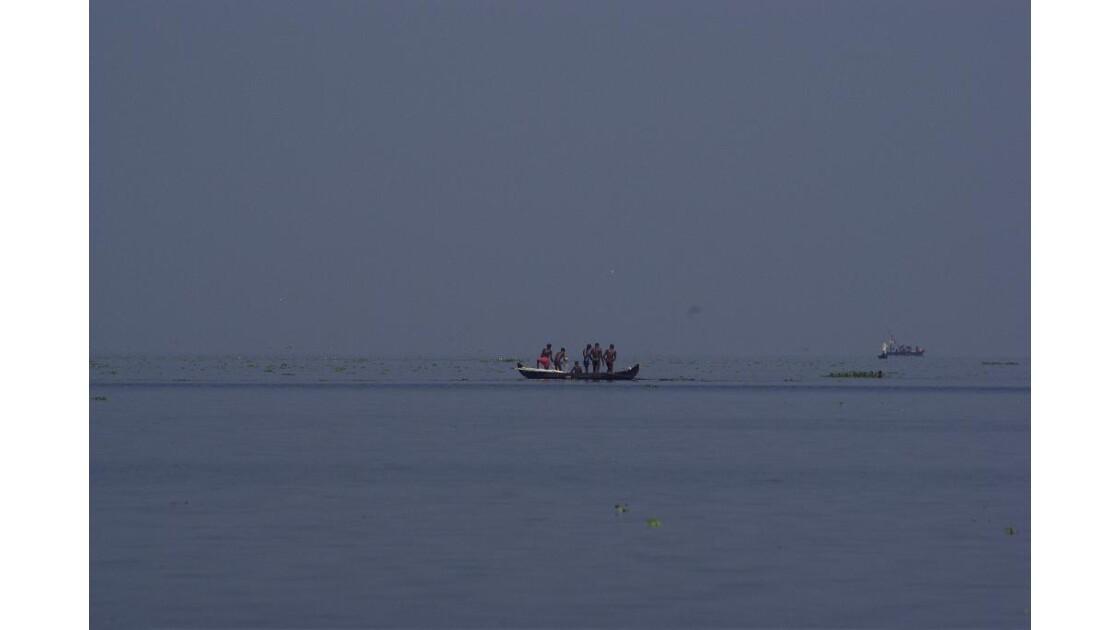 Au loin des pêcheurs