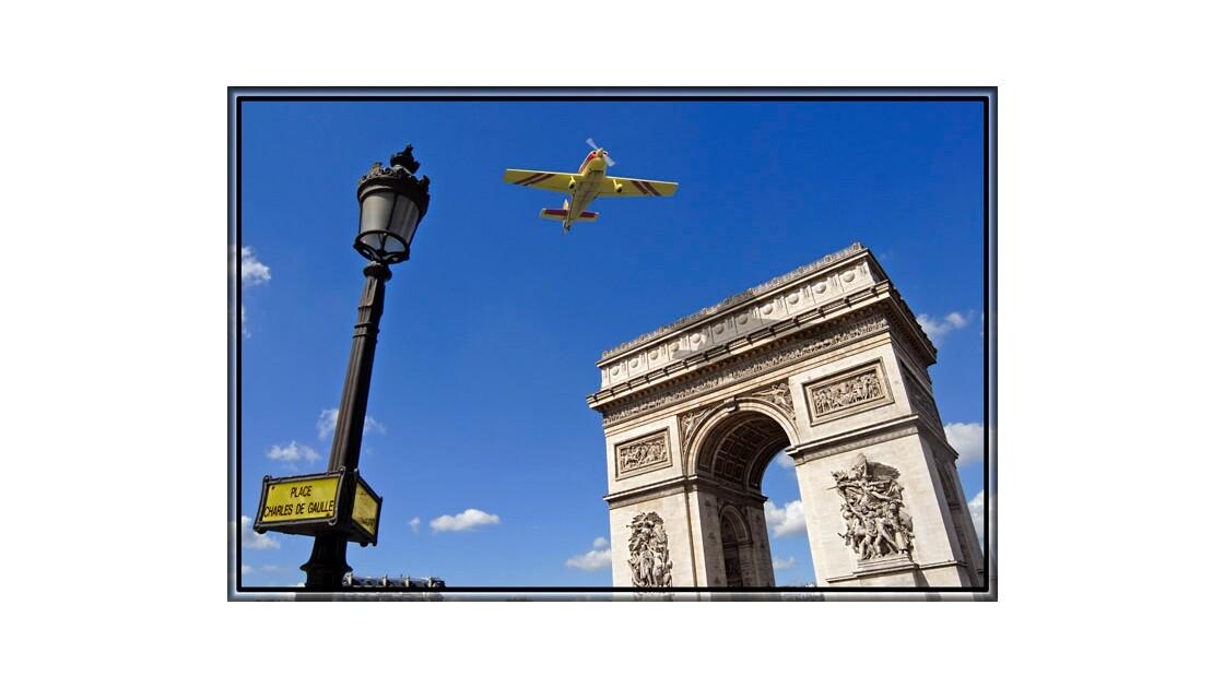 Vol au dessus de l'Arc de Triomphe