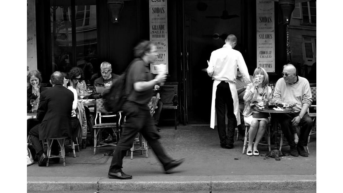Instant vie dans un café parisien