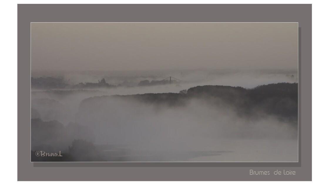 Le pont d'ancenis dans la brume