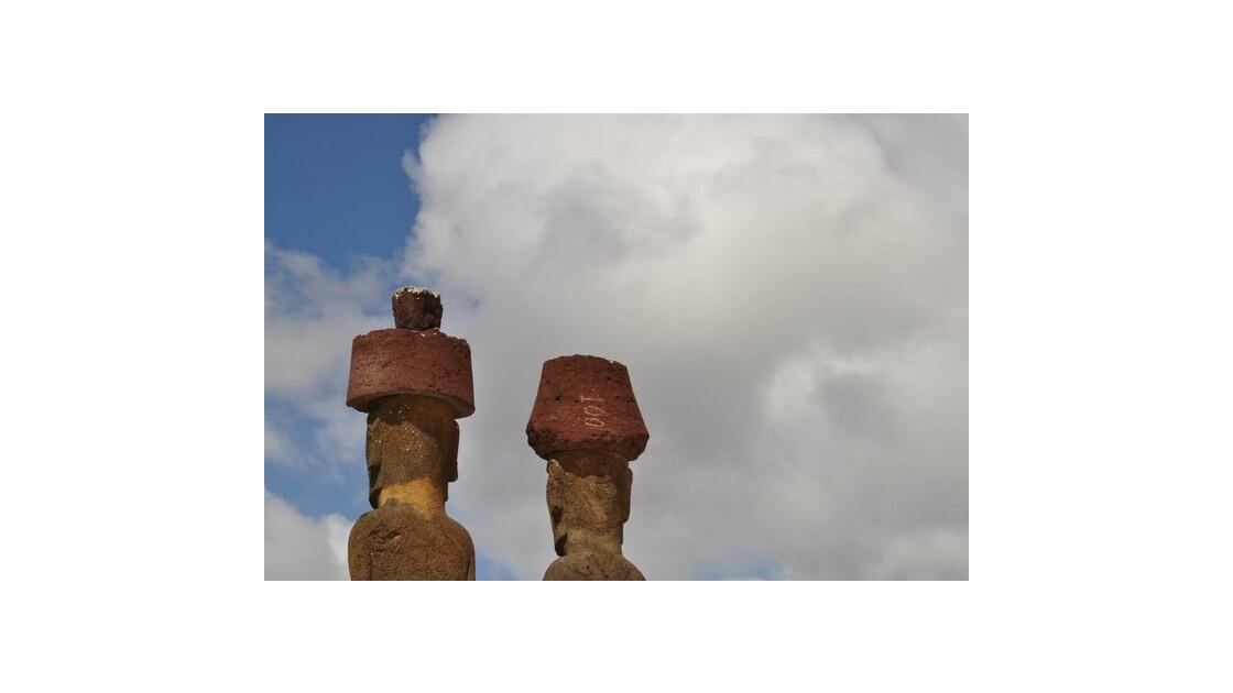 Tête de Moai et leur chignon rouge
