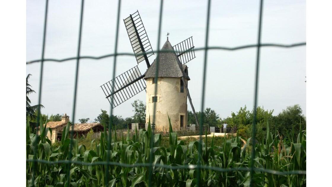 Moulin derrière la grille