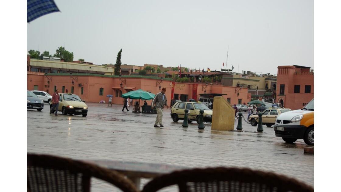 La place sous la pluie