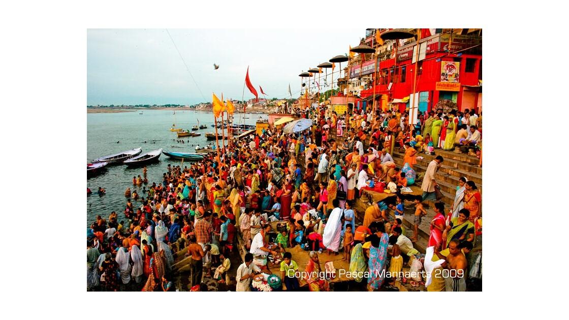 Lever de soleil sur le Gange - pélerins