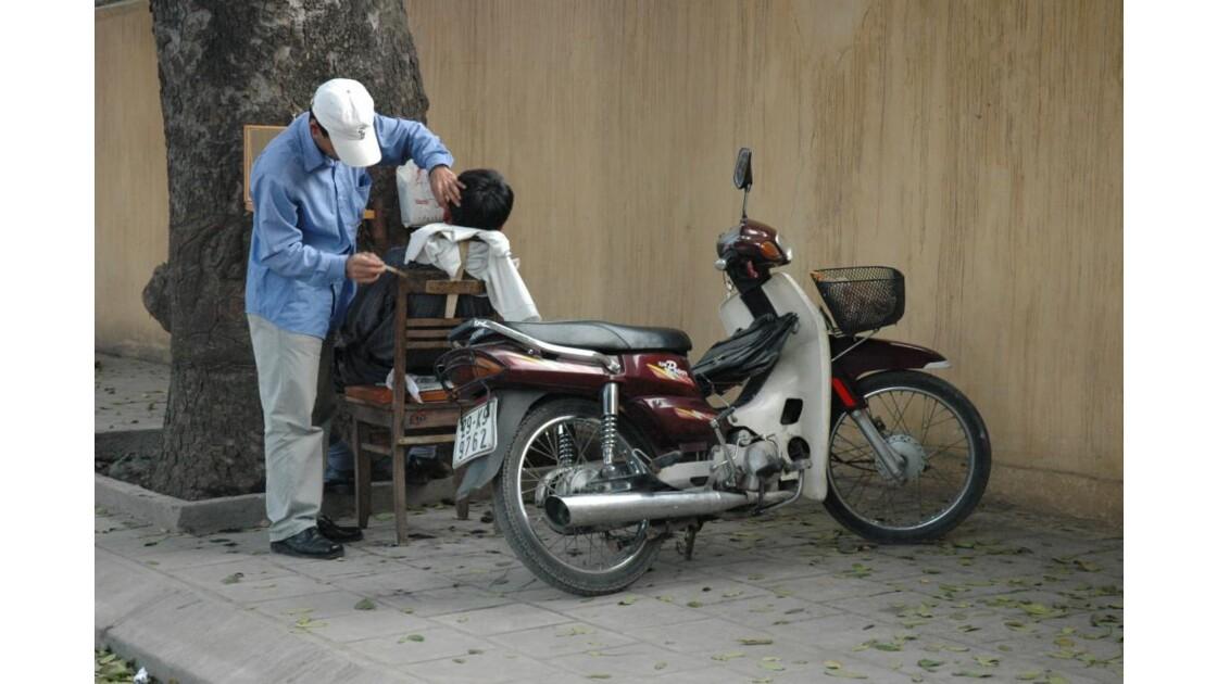 Coiffeur dans les rues d'Hanoi