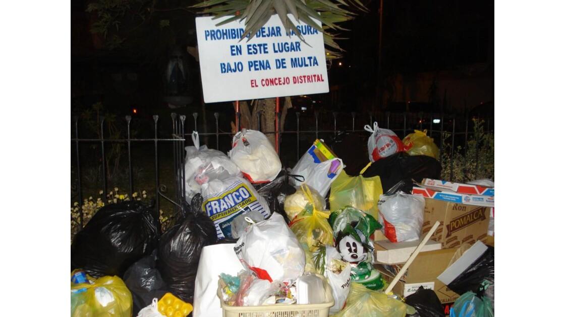 """""""Interdiction de jeter des ordures ici"""""""