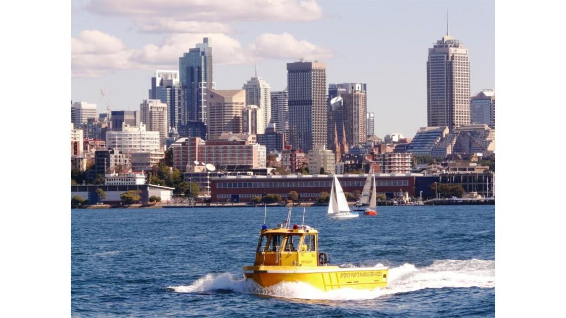 """""""Bateau canari"""" avec Sydney en fond"""