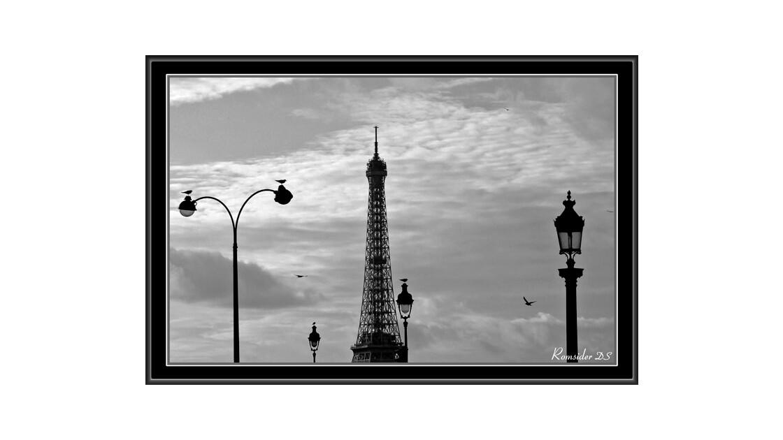 La tour Eiffel et les lampadères, Paris