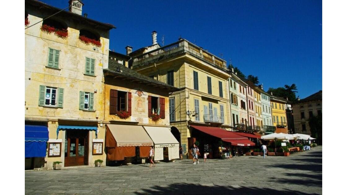 ORTA, maisons sur la place principale...