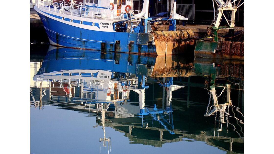 Dieppe : reflet bateau bleu
