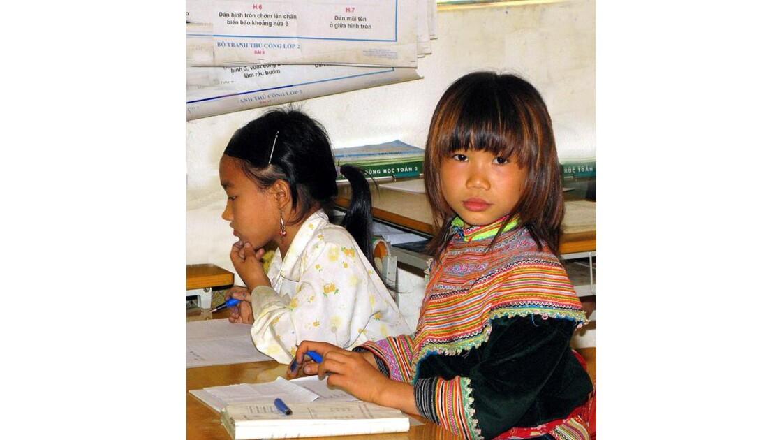 écolière H'Mong fleurie nord-vietnam