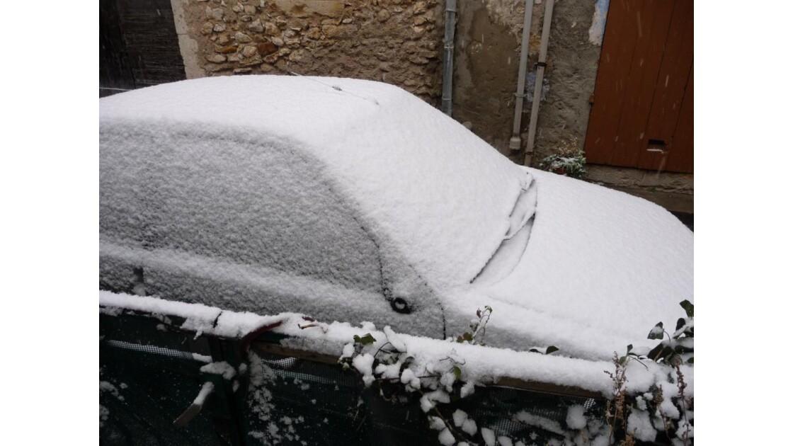 la voiture sous la neige