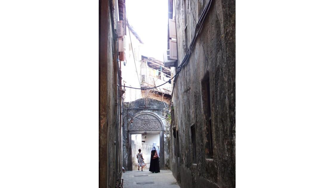 des ombres furtives dans la ruelle