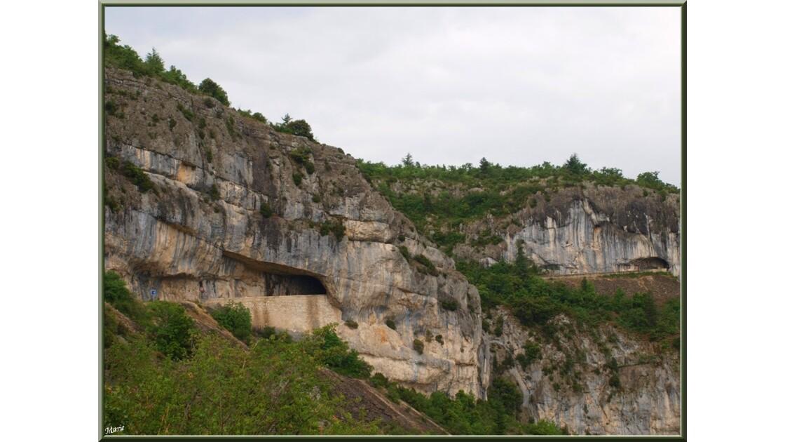 Route et tunels dans la montagne_P603987