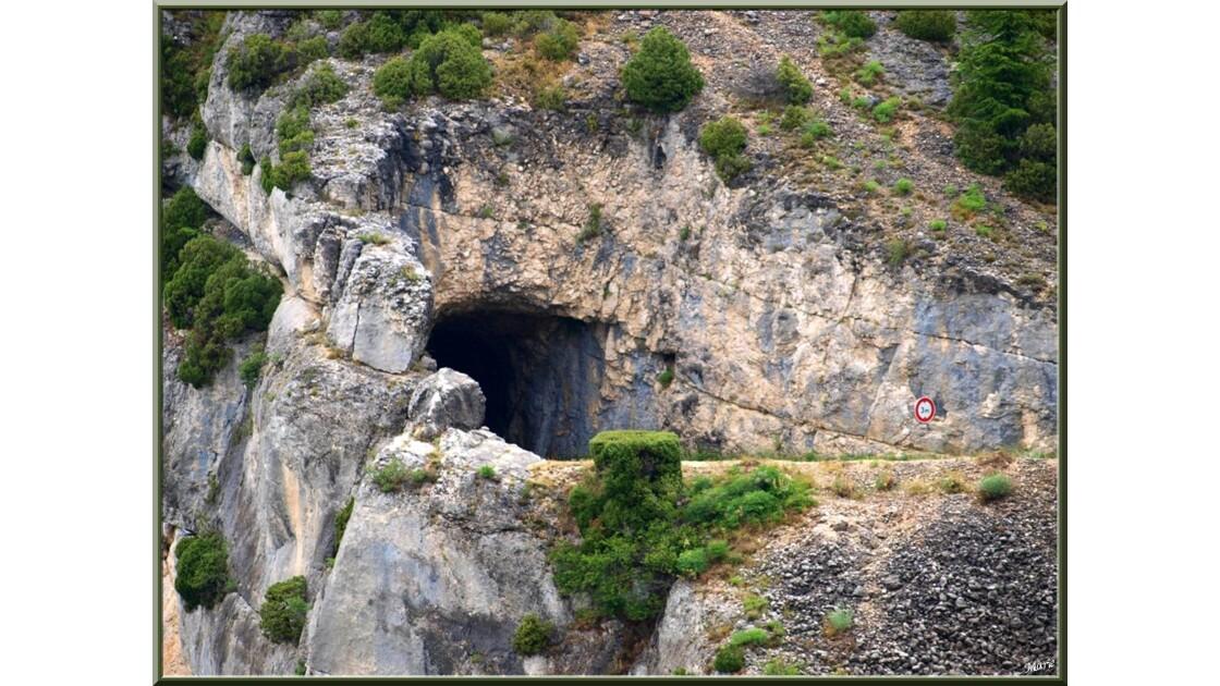 Route et tunels dans la montagne_P603990