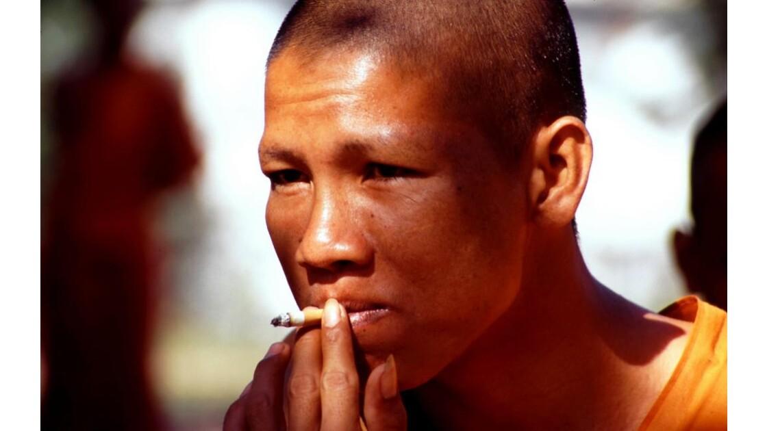 Cambodge Bouddhisme 9 moine fumant