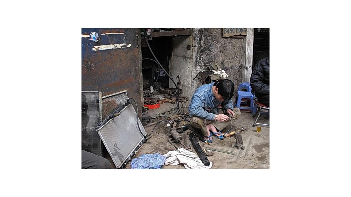 Hanoï - soudure plomberie sur trottoir
