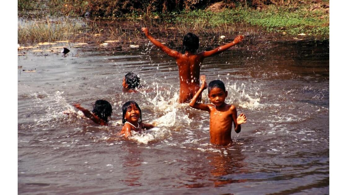 Cambodge jeunes baigneurs