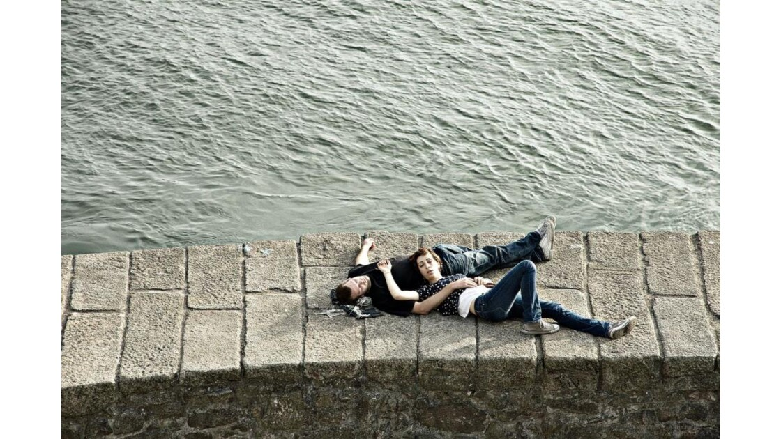 Sleeping lovers next to Douro @ Porto