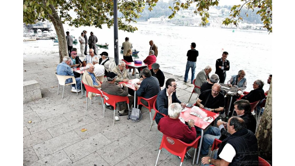 Card players next to Douro @ Porto