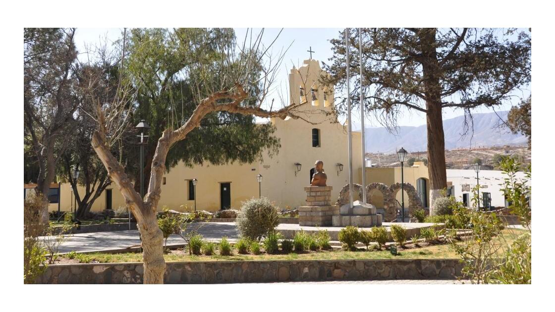 la place et l'église en arrière plan