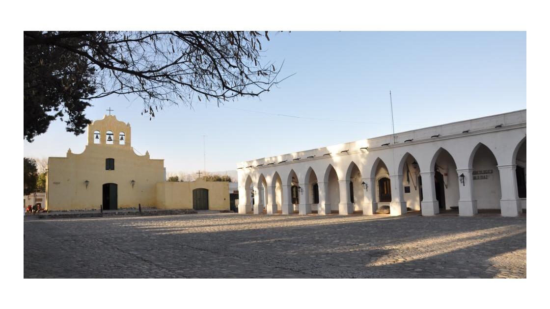 sur la place l'église et le musée