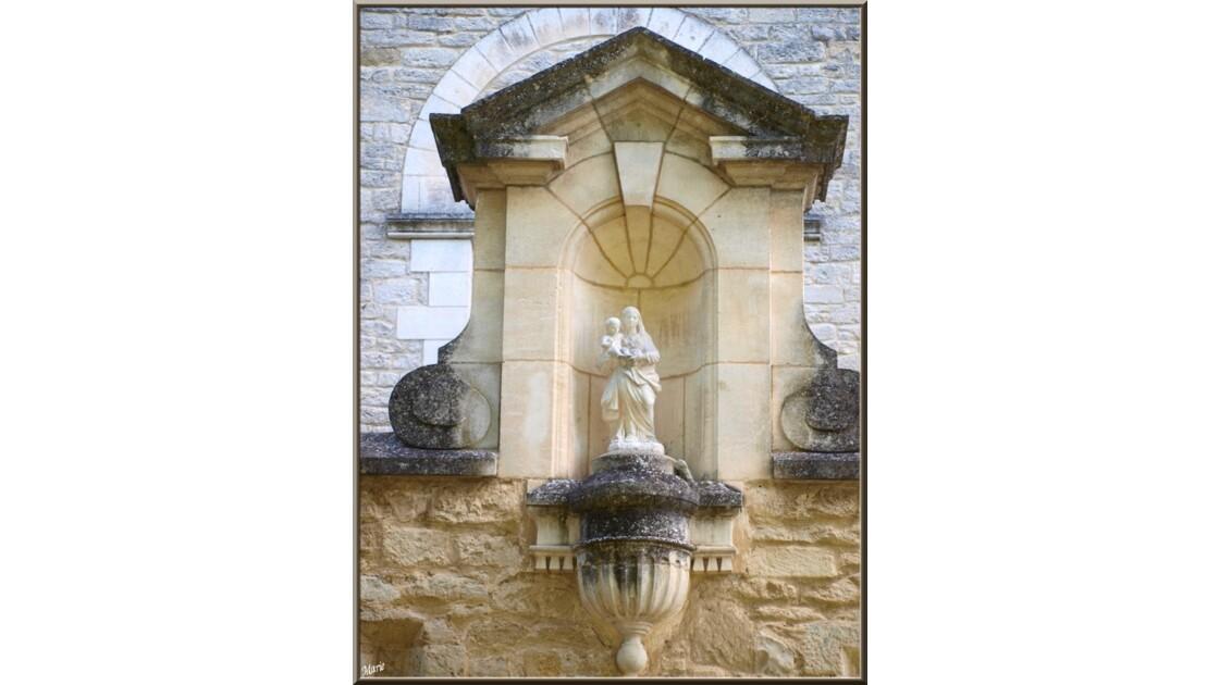Chapelle, vierge au-dessus entrée_P60189