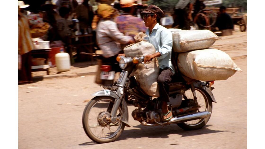 Cambodge moto bien chargée