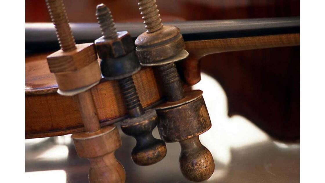 Violon en réparation