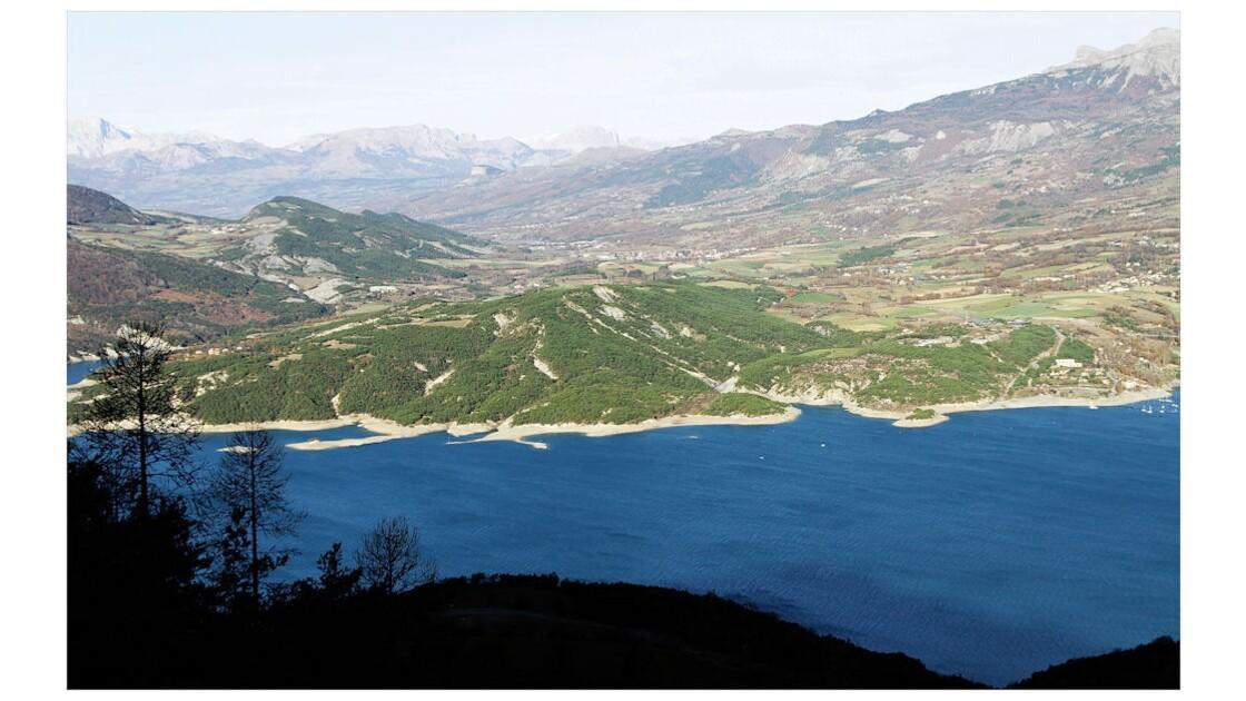 Les eaux bleues de Serre-Ponçon.