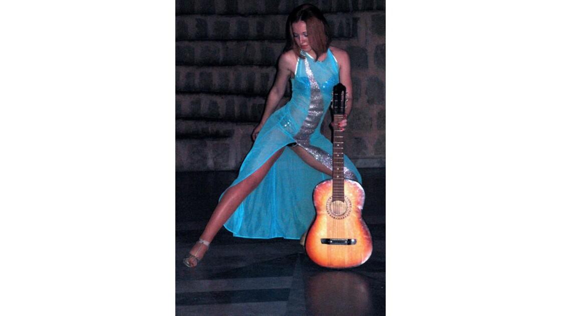 Chorégraphie d'une gracieuse guitariste