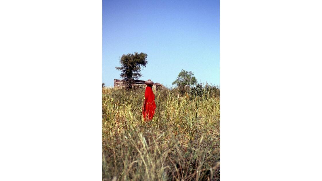 de rouge vêtue