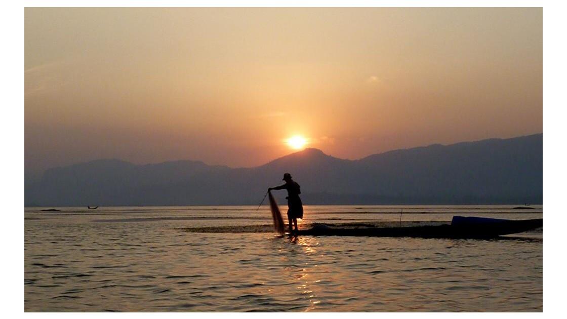 Myanmar-Coucher de soleil au lac Inle