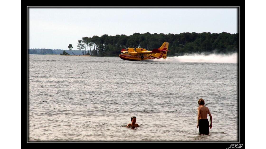 Canadair_prise_d'eau.jpg