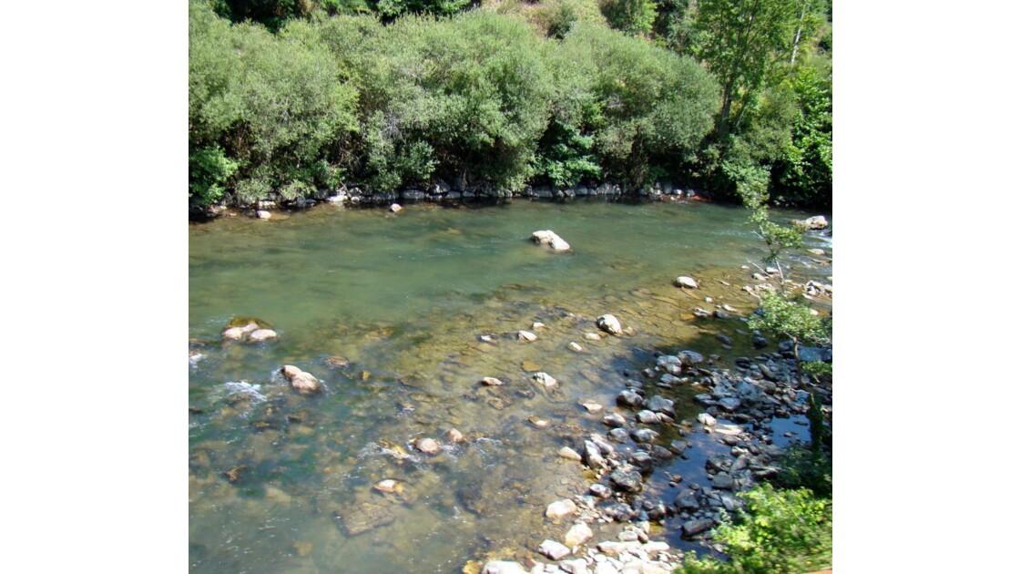 On longe la rivière