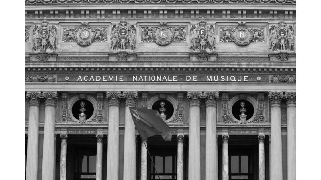 Un jour à Paris, Place de l'Opéra