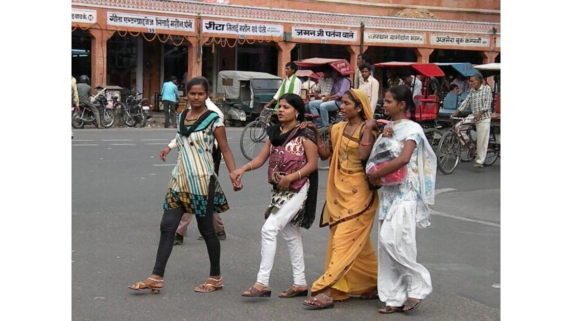 4 jeunes filles dans la rue