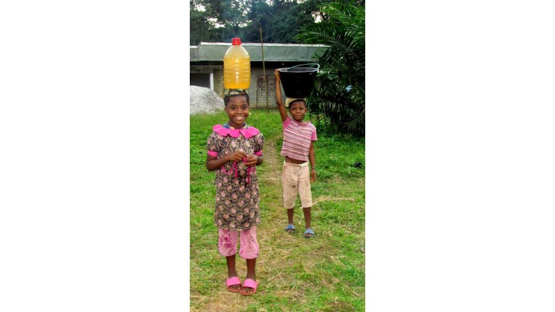 Enfants porteurs d'eau