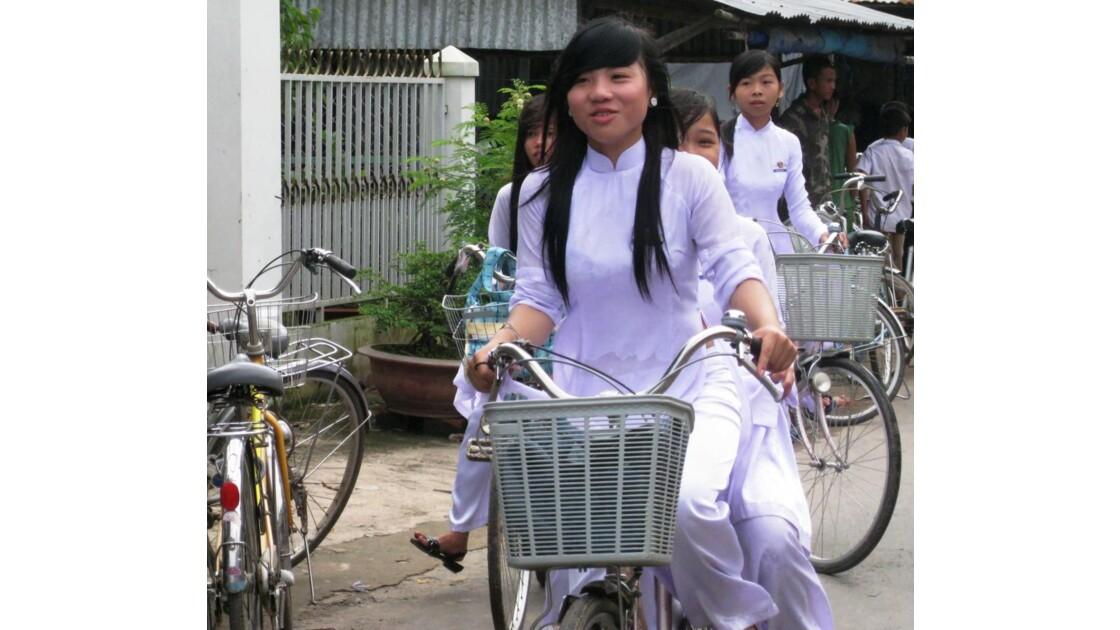 Jeunes filles en vélo