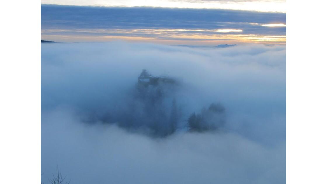 le Château de Joux ds la brume hivernal