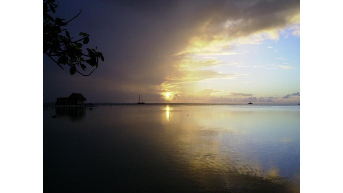 soleil couchant sur le lagon